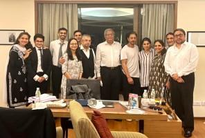 Shah Rukh Khan Poses With Amit Desai And Satish Maneshinde's Legal Team After Aryan Khan's Bail
