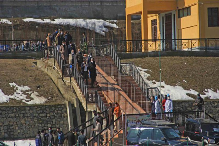 Ahead Of EU Envoys' Visit To J&K, 'Wall Of Kindness' Springs Up In Srinagar; Police Dismantle Bunkers