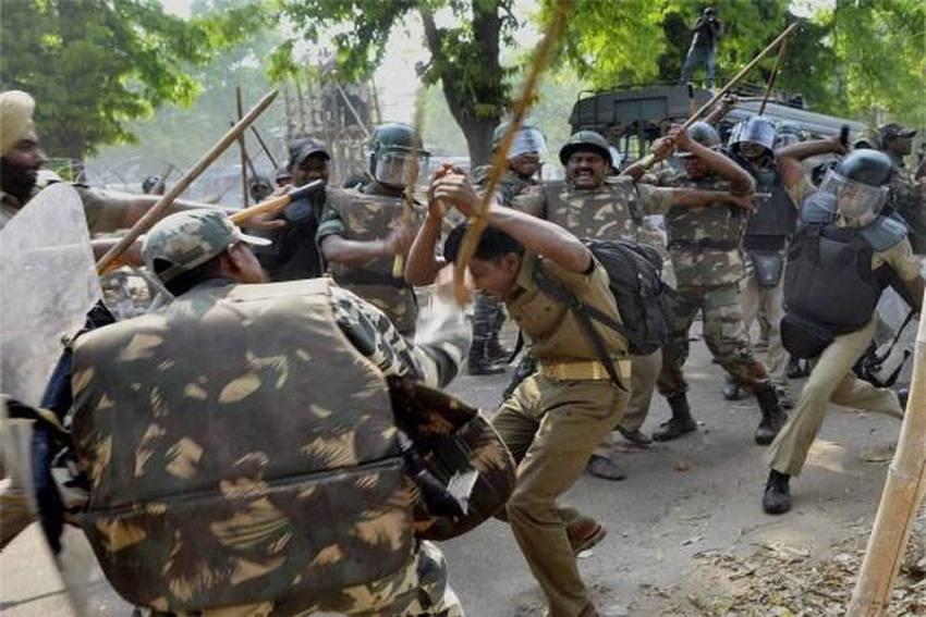 Uttarakhand: Police Lathicharge Protestors Marching Towards Vidhan Sabha