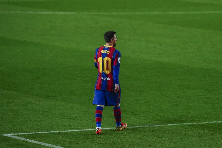 'Extraterrestrial' Lionel Messi Saluted By Arturo Vidal And Xavi After Matching Barcelona Record