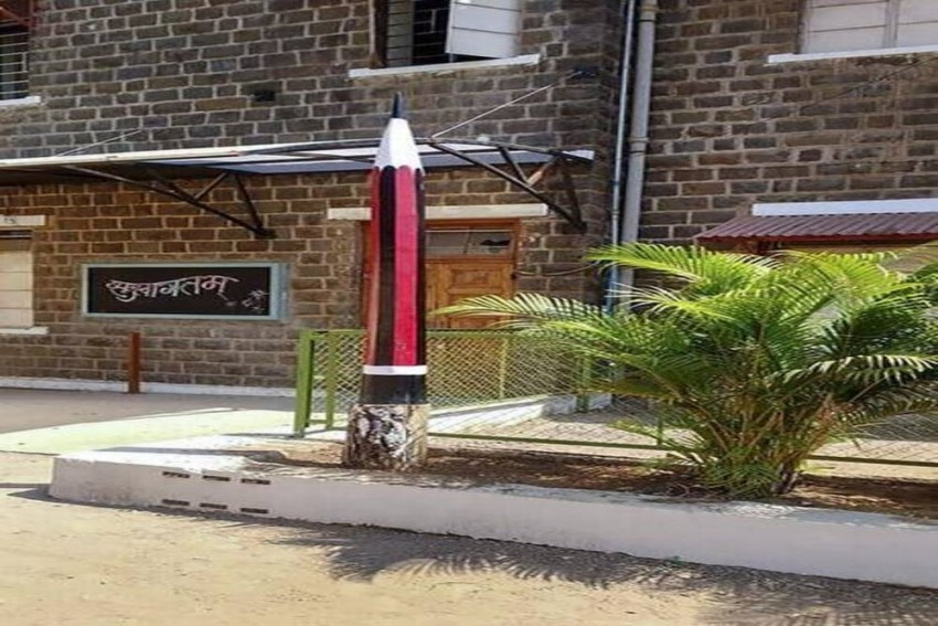 This School In Maharashtra Gave A Makeover To A Dead Tree, Now It's A 6-Feet Pencil!