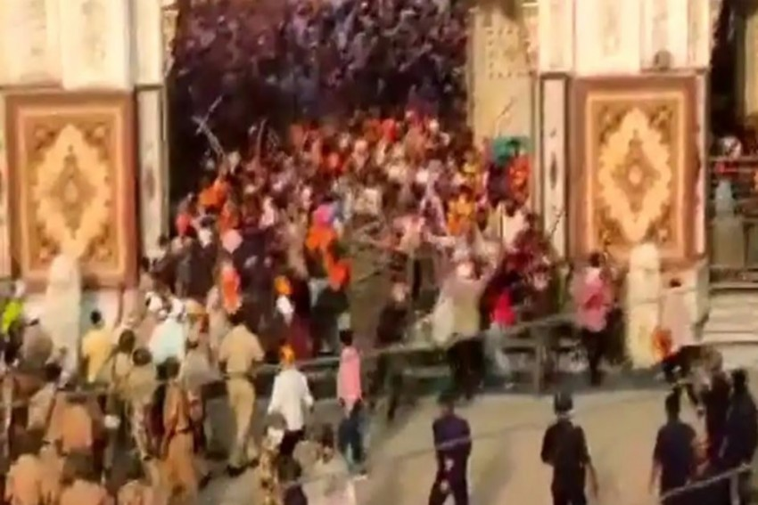 Maharashtra Gurudwara Attack: 4 Cops Injured After Sword-Wielding Men Storm Sikh Temple In Nanded