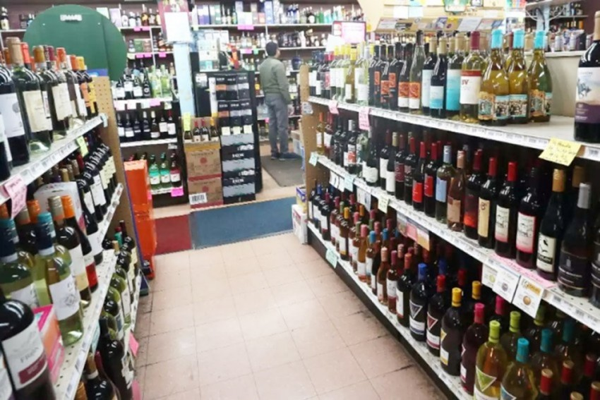 Jammu Wine Traders Defy Covid Curbs, Hit Streets To Protest New Excise Policy