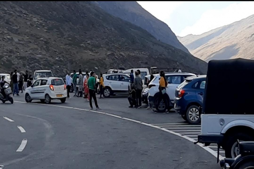 Yet Another Record At Rohtang Tunnel, 6,400 Tourist Vehicles Pass Through On A Single Day