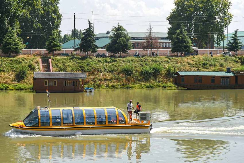 Luxury Boat Trial Conducted On Jhelum To Energise Kashmir's Tourism Industry