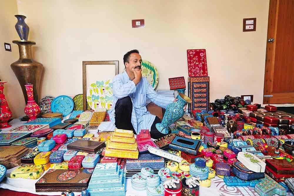 Artist Weaves Memories Of A Vintage Srinagar