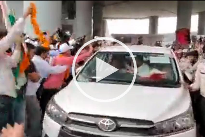 Neeraj Chopra And Co Get Grand Welcome As Indian Contingent Returns From Tokyo Olympics - VIDEO