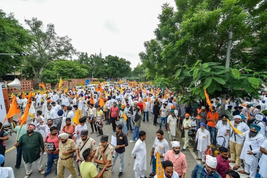 Police Detains Akali Dal President Sukhbir Singh Badal & Minister Harsimrat Kaur From Protest March Against Farm Laws