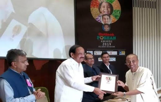 Chanchalapathi Dasa, Vice Chairman of The Akshaya Patra Foundation, receiving the Outlook Poshan award from Vice President Venkaiah Naidu