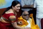 Khushboo greets Karunanidhi