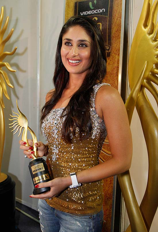 Outlook Photo Gallery : Kareena Kapoor poses with the trophy for the best actress at the IIFA awards event in Colombo, Sri Lanka.