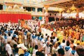 <b>Last Respects</b> Vounteers and devotees throng the Sai Kulwant Hall to get a last glimpse of Sai Baba