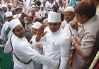 <b>Hats 'n heads</b> Uttar Pradesh CM Akhilesh Yadav during a visit to a dargah in Lucknow