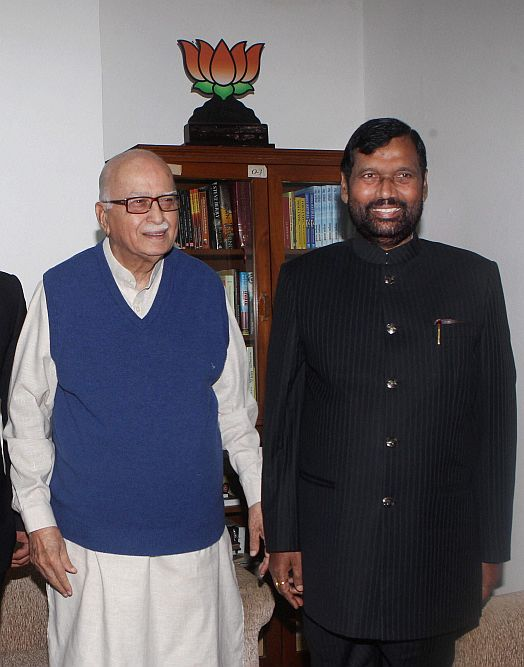 Outlook Photo Gallery Ljp President Ram Vilas Paswan Meets Senior Bjp Leader L K Advani In New Delhi